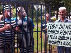 Manifestantes iniciam concentração na Praça Tamandaré, no Setor Oeste, em Goiânia.  (Foto: Thaís Luquesi/TV Anhanguera)