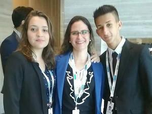 Alunos e a professora durante a cerimônia de premiação (Foto: Arquivo Pessoal/ Viviane Ramos)