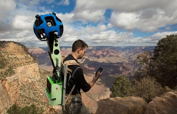 Ryan Falor usa um aparelho equipado com Android para controlar o Trekker  (Foto: Divulgação)