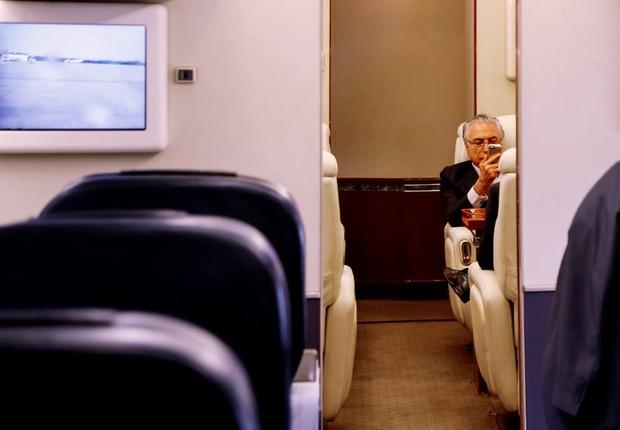 Presidente Michel Temer checa as notícias em seu celular, durante decolagem a São Paulo, abordo do VC-1 (Foto: Beto Barata/PR)