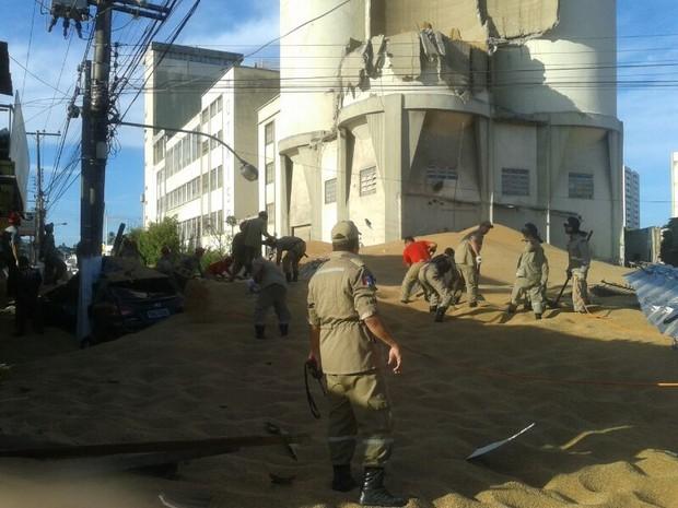 Equipes de resgates estão no local para tentar localizar vidas. (Foto: Carolina Sanches/G1)