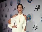 Alessandra Ambrósio usa vestido comportado para ir a festa nos EUA