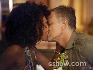Kléber e Keila se beijam (Foto: Além do Horizonte/TV Globo)