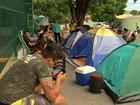 Pais acampam em frente a creches para garantirem as vagas dos filhos