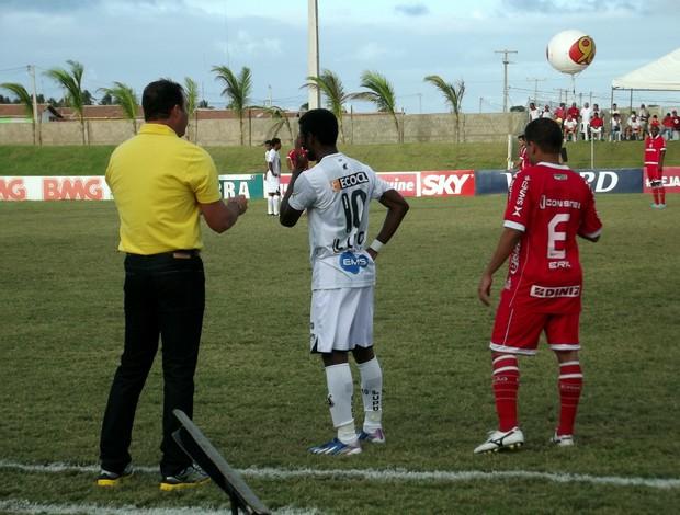 Renatinho Potiguar, do América-RN, observa a conversa entre Roberto Fernandes e Erick Flores, do ABC (Foto: Jocaff Souza)
