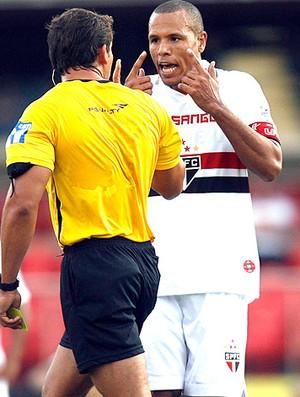 Luis Fabiano reclama com o juiz São Paulo (Foto: Werther Santana / Ag. Estado)