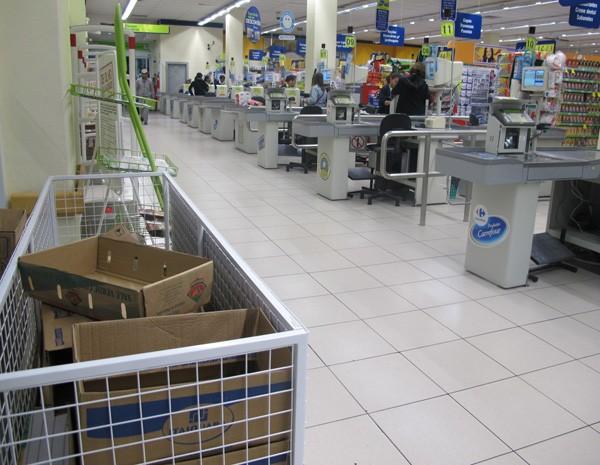 Sem sacolas biodegradáveis, supermercados ofereciam caixas a consumidores (Foto: Nathália Duarte/G1)