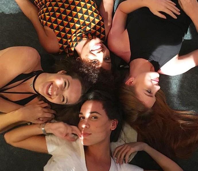 Marina e Juliana com Jéssica Ellen e Carla Salle: clima bom fora do set de gravação (Foto: Arquivo Pessoal)