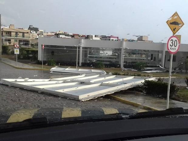 Estrutura de salão de festas foi arrancada e arremessada por vento em condomínio (Foto: Tatiana Brandão/Arquivo Pessoal)