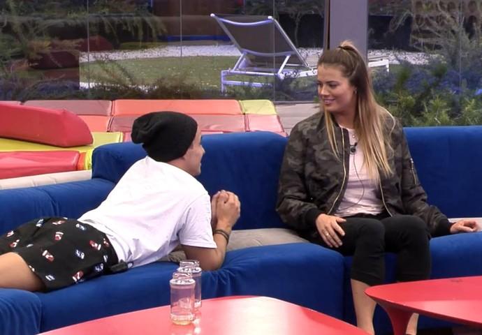 Antônio quer saber se Alyson gosta de namorar (Foto: TeleCinco)