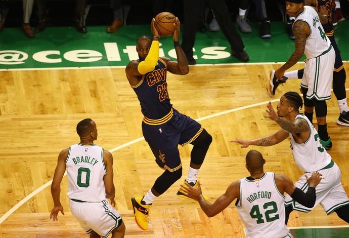 O Cleveland Cavaliers, de LeBron James, vai vencendo fácil o Boston Celtics (Foto: Getty Images)