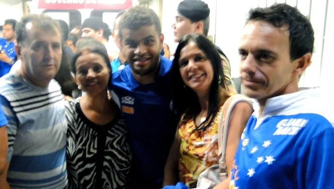 Alisson jogador do Cruzeiro com torcida (Foto: Tarcisio Badaró)