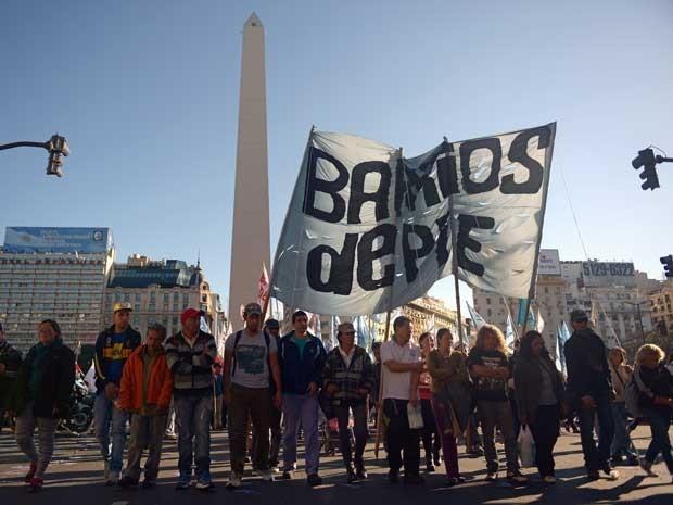 Grevistas convocaram greve na Argentina nos transportes e querem parar coleta de lixo domiciliar e distribuição de alimentos e combustíveis (Foto: Eitan Abramovich / AFP Photo)