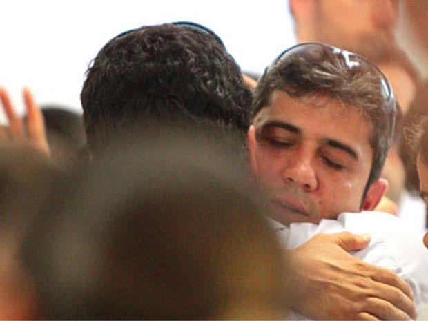 Arthur Paes, pai de Joaquim, é consolado no velório (Foto: F.L. Piton/A Cidade)