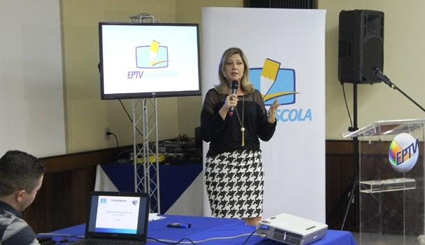 A coordenadora do projeto, Lívia Lucas, esclareceu dúvidas sobre o EPTV na Escola (Foto: Bruno Teixeira)