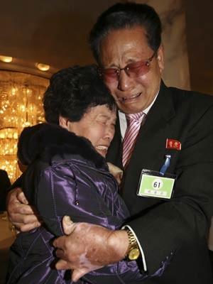 O norte-coreano Lee Yun-jeun, de 72 anos, abraça sua irmã sul-coreana, Lee Sun-hyang, de 88 (Foto: Lee Ji-eun/Yonhap/Reuters)
