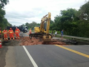 Cratera se formou na rodovia após chuva forte (Foto: Cibele Moreira/TV Rio Sul)