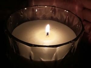 Com a falta de energia, moradores tiveram de apelar para a vela (Foto: Arquivo pessoal/ Laura Veras)