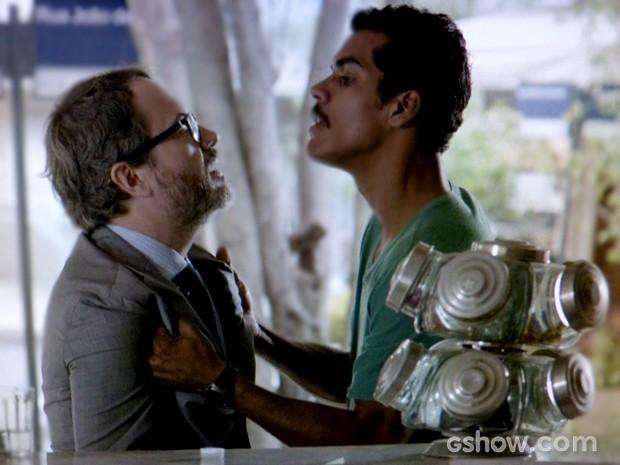 Jairo se revolta com Nando  (Foto: Em Família / TV Globo)