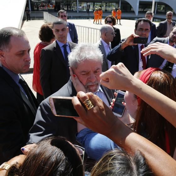 Ex presidente Lula abatido posa para foto com simpatizantes (Foto: Sérgio Lima/ÉPOCA)