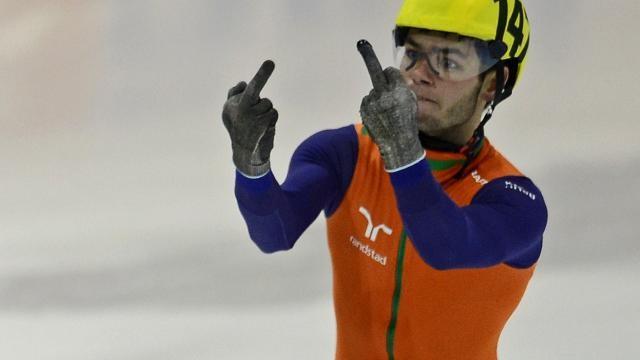 O patinador holandês Sjinkie Knegt mostrando seus dedos durante o Campeonato Europeu de Patinação de 2014 (Foto: Reprodução)