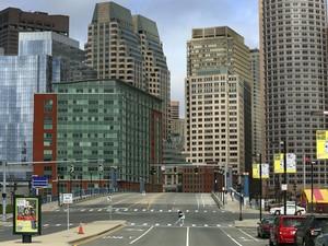 Região central de Boston é vista quase deserta nesta sexta-feira (19) (Foto: John Tlumacki/The Boston Globe/The New York Times)