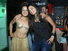 Lan Lanh, com figurino ousado, posa com Emanuelle Araújo após show