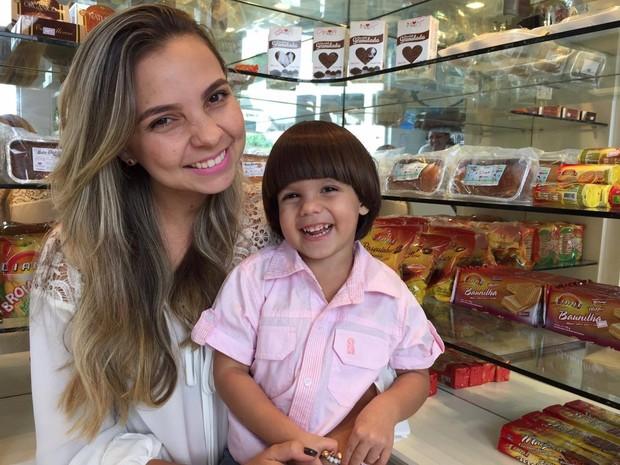 Leila comprou loja especializada em alimentos para alérgicos para garantir alimentação do filho e de outras crianças doentes (Foto: Inaê Brandão/ G1 RR)