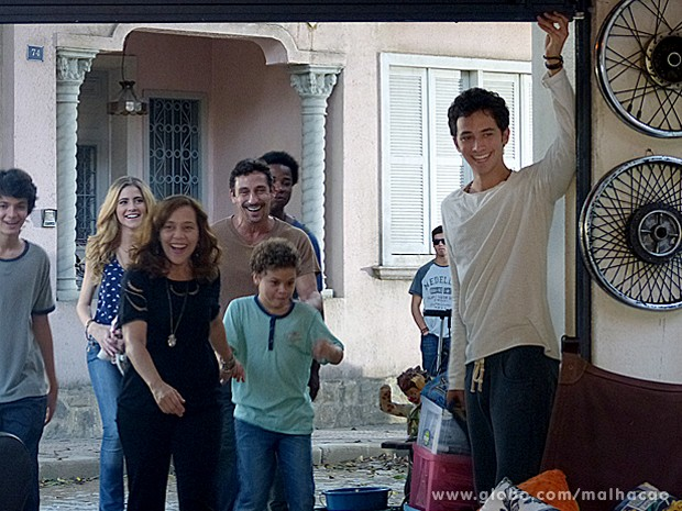 Ben apresenta seu quarto novo para a família e arrasa! (Foto: Malhação / TV Globo)