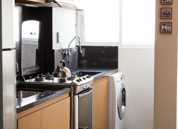 Cozinha e lavanderia com armários no padrão de freijó rutilo da Marcenaria Airlane, projetada pelo arquiteto Gustavo Calazans (Foto: Foto: Edu Castello / Editora Globo)
