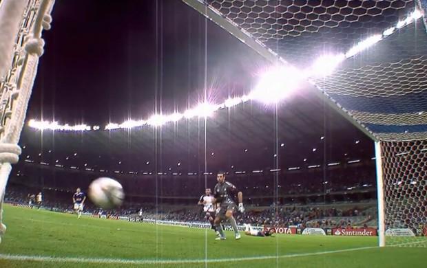 Cruzeiro San Lorenzo bola de Marcelo Moreno bate nas duas traves (Foto: Reprodução SporTV)