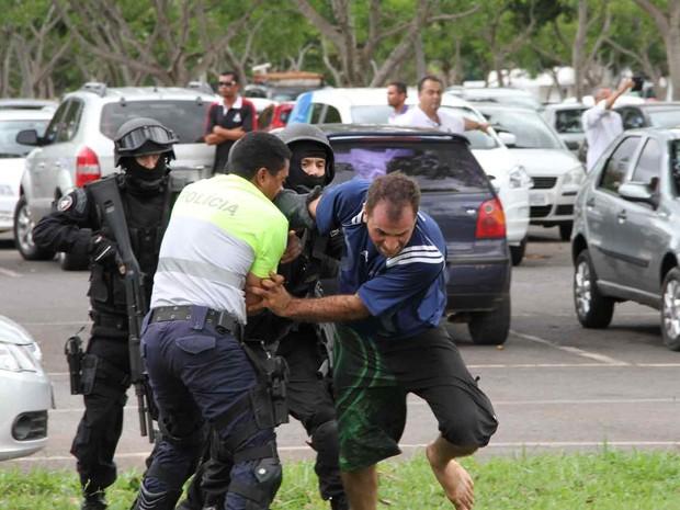 Policiais contêm sequestrador que tentava fugir (Foto: Vianey Bentes/TV Globo)