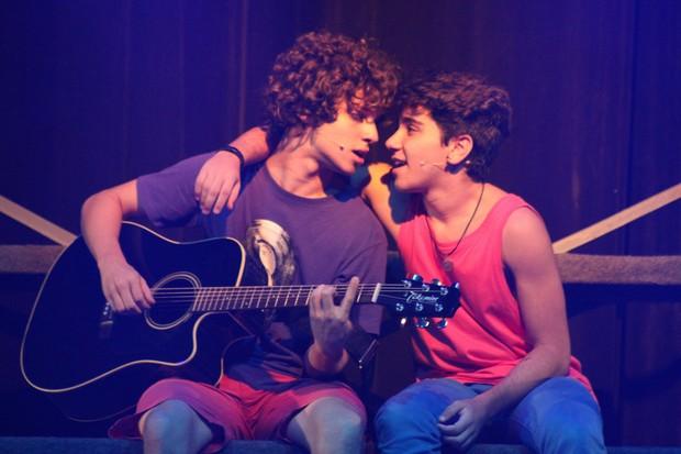 João Fernandes com o ator Raphael Thomé (Foto: Aguinaldo Mira/Divulgação)