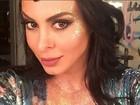Alinne Rosa ousa com look decotado, glitter e tattoo em lugar estratégico