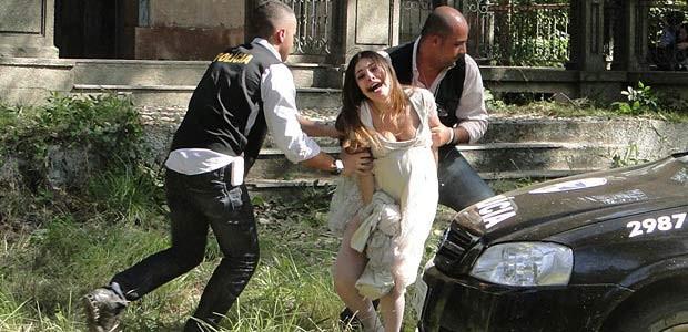 Obcecados pelos ex-namorados, Cristal e Moisés foram parar na prisão (Malhação / TV Globo)
