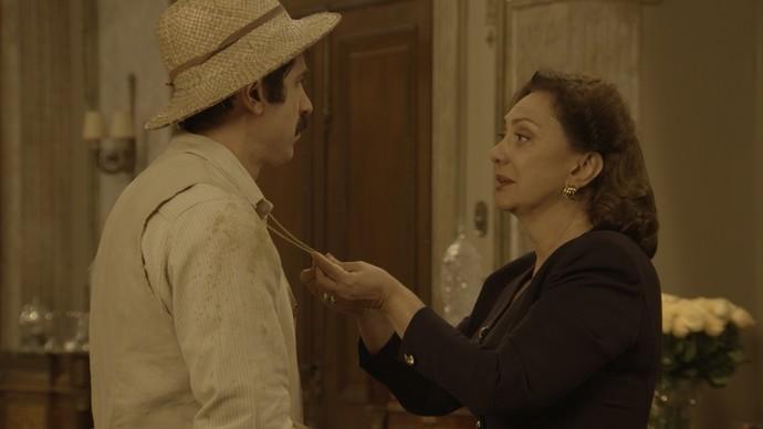 Anastácia descobre medalhão ao posar para o falso Candinho (Foto: TV Globo)
