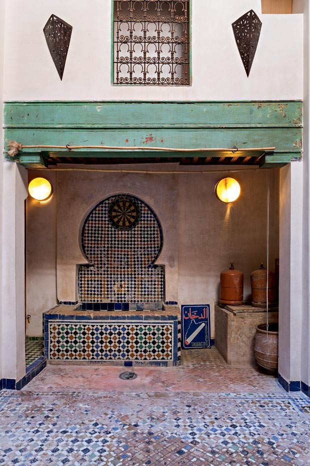 A fonte d'água, toda em mosaico, fica em destaque, relembrando a cultura marroquina (Foto: Lufe Gomes/Life by Lufe)