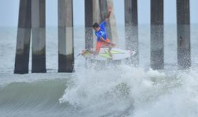 Gabriel Farias surfe