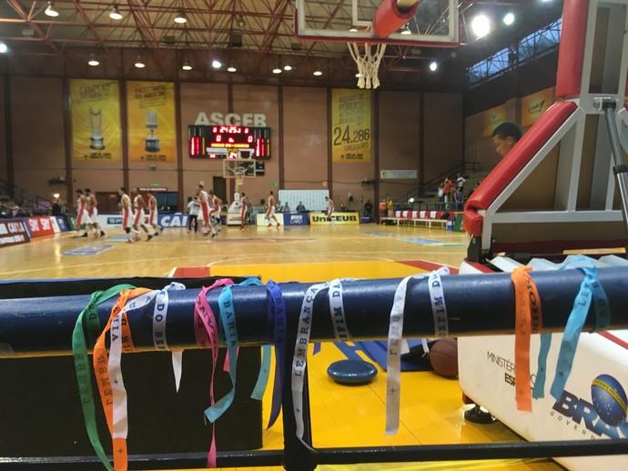 """Fitas do Senhor do Bonfim foram espalhadas em todo o ginásio na """"noite baiana"""" (Foto: Fabrício Marques)"""