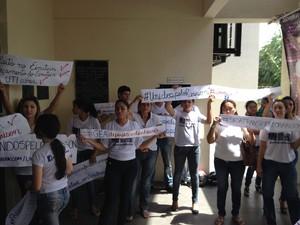 Família de Rarison Ricardo foi para evento realizado pelo governo para cobrar tratamento (Foto: Abinoan Santiago/G1)