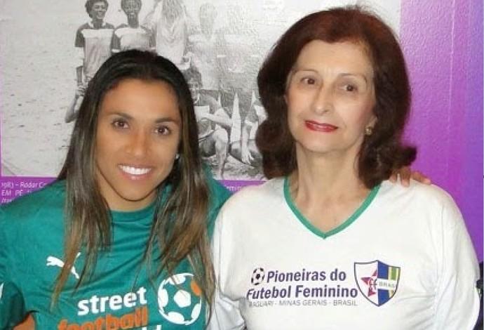 Encontro de gerações: jogadora Marta e pioneira Zalfa Nader, em evento de futebol feminino no Palácio do Catete, no Rio, em 2014 (Foto: Teresa Cristina/Arquivo Pessoal)