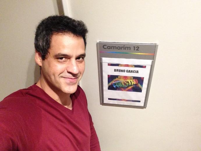 Bruno Garcia está esperando para ensaiar no camarim (Foto: Gshow)
