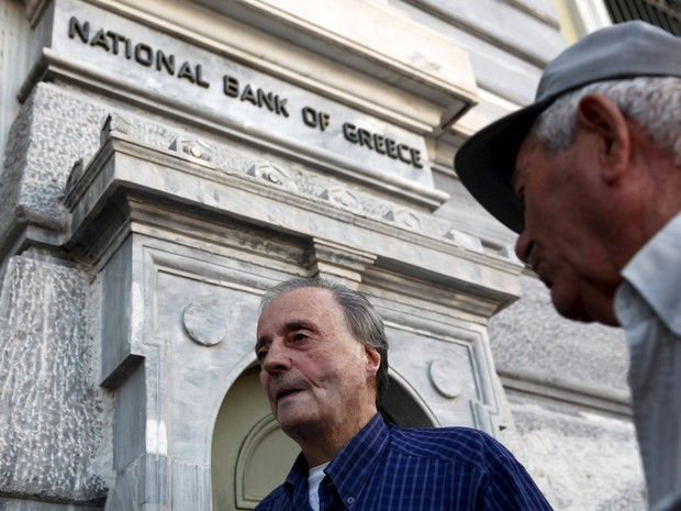 Pensionistas aguardam pare receber parte de suas pensões em agência do National Bank od Greece, em Atenas (Foto: REUTERS/Yiannis Kourtoglou )