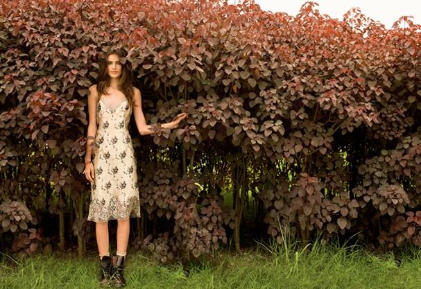 Vestido (R$ 7.750) e pulseira (R$ 2.150) Louis Vuitton; meias (R$ 10) Luppo; boots (R$ 647) Dr. Martens (Foto: Isabel Garcia) (Foto: Isabel Garcia)