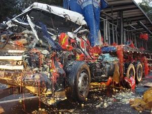 Carreta ficou destruída (Foto: Polícia Militar / Divulgação)