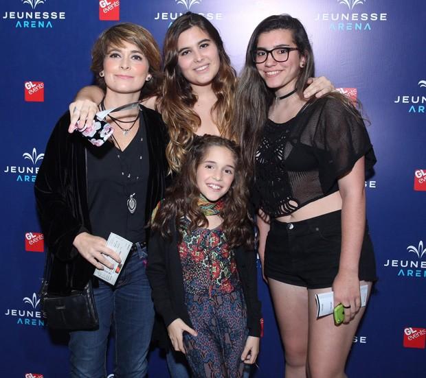 Claudia Abreu com as filhas, Maria e Felipa (centro) (Foto: Marcello Sá Barretto/AgNews)