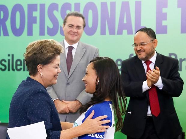 Dilma Rousseff cumprimenta Cárita Cristiane Nepomuceno Almeida, técnica em edificação formada pelo Senai, durante cerimônia de lançamento da segunda etapa do Pronatec (Foto: Roberto Stuckert Filho/PR)