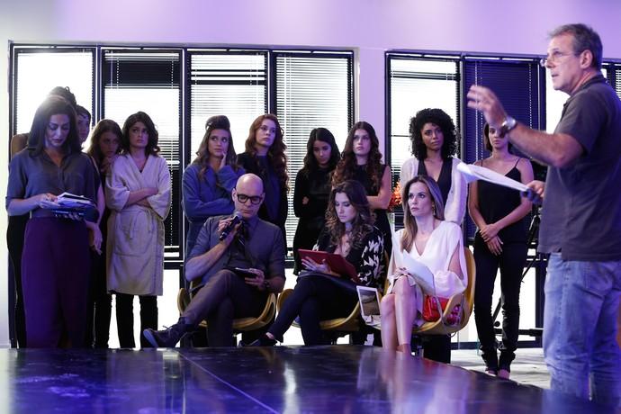 O elenco recebe orientações do diretor Marcus Figueiredo (Foto: Raphael Dias / Gshow)