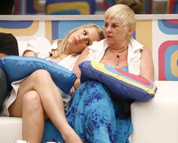 Ana Carolina e vovó Naná (Foto: Globo / Fabrício Mota)