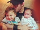 Ex-BBB Max Porto posa com os filhos de Priscila Pires